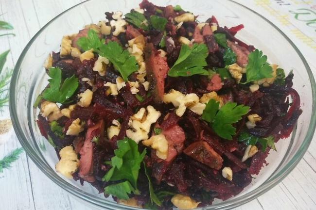 Салат из свеклы с печенью и грецкими орехами