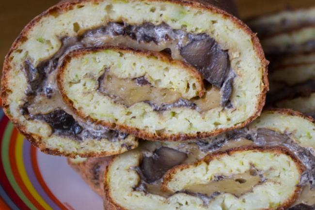 Закусочный кабачковый рулет с грибами и сыром
