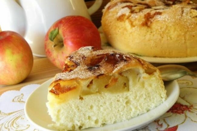 Яблочная шарлотка без яиц на кефире с манкой