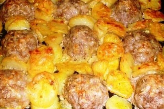 Фрикадельки с картофелем в сметане