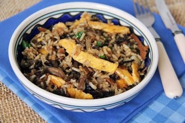 Рис с сушеными грибами, омлетом и зеленью