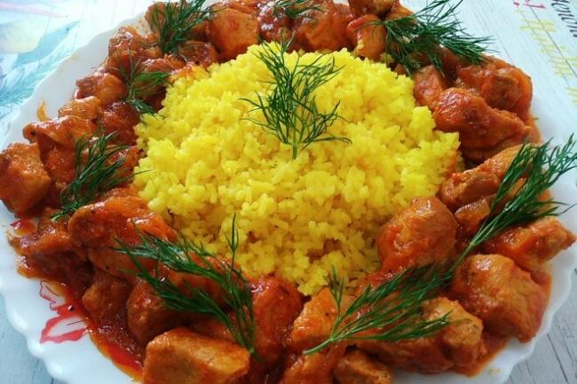 Свинина тушеная в томатном соусе с рисом