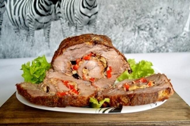 Мясной рулет с болгарским перцем и чесноком