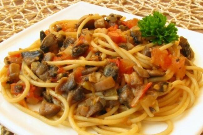 Спагетти с шампиньонами и мясным соусом