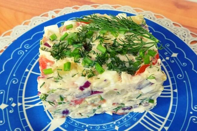 Салат с копченой куриной грудкой, сыром и помидорами
