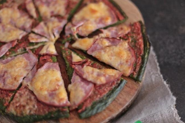 Пицца на основе из шпината с ветчиной и сыром