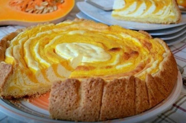 Слоеный пирог с тыквой, творогом и вареньем
