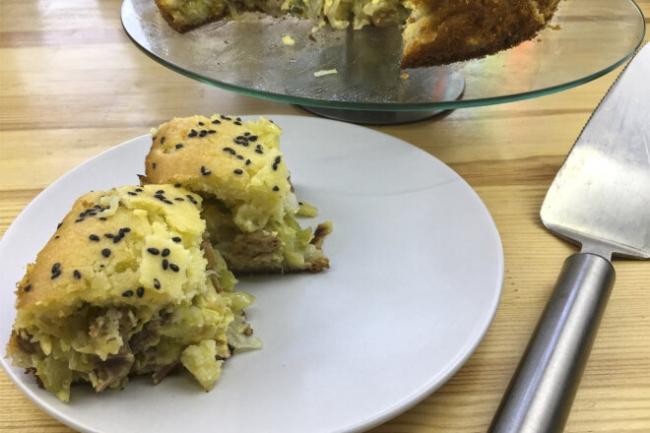Заливной пирог на кефире с капустой, сыром и мясом