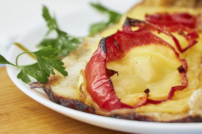 Филе пангасиуса с сыром и овощами в духовке