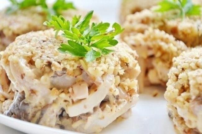 Ореховый салат с шампиньонами и кальмарами