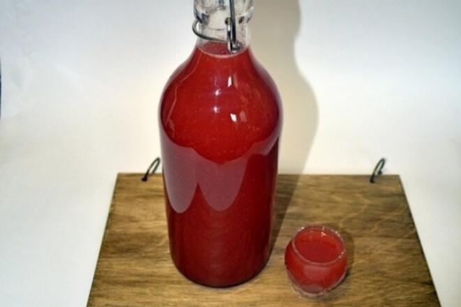 Клубничный ликер на водке с сиропом