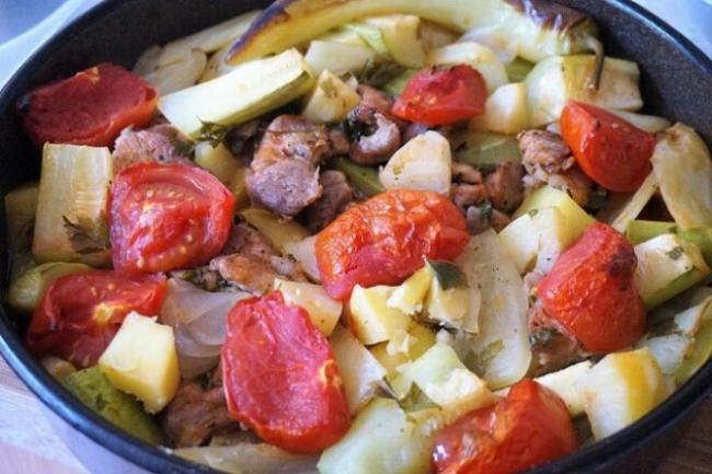 Овощное рагу с мясом и зеленью в духовке