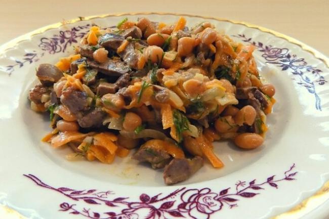 Салат из куриной печени с консервированной белой фасолью