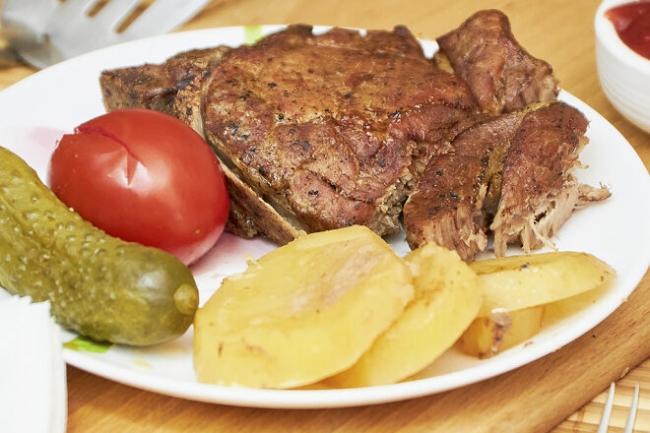 Свиная корейка на кости в соево-медовом соусе с картофелем в духовке