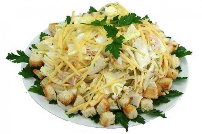 Салат «Цезарь» с курицей, кресс-салатом и сухариками